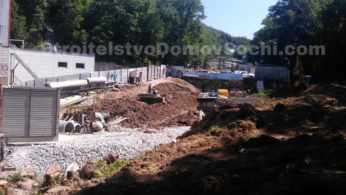 Разработка грунта под свайный фундамент подпорной стенки